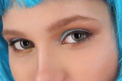 女孩的眼睛和蓝色头发 关闭 奶油被装载的饼干 免版税图库摄影