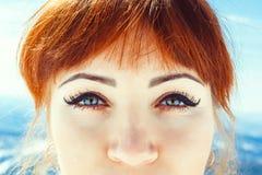 女孩的眼睛在冬天 免版税库存照片