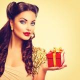 女孩的秀丽别针有节日礼物箱子的 免版税库存图片