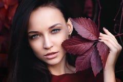 女孩的秋天纵向 免版税库存图片