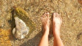 女孩的精密腿沙子的 免版税库存图片
