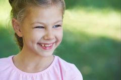 女孩的纵向 愉快的子项 微笑 免版税库存图片