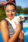 女孩的美丽的别针在游泳池附近 免版税库存照片
