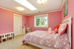 女孩的美丽的桃红色卧室 库存照片