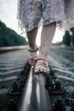 女孩的腿室外在夏天 外面活跃健康生活方式,特写镜头 图库摄影