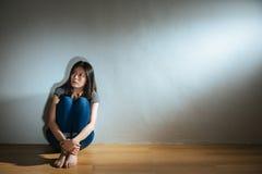 女孩的被打击的被滥用的妇女概念 免版税库存图片