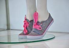 女孩的运动鞋 库存图片