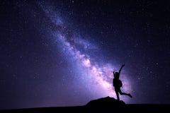 女孩的银河和剪影 背景美好的图象安装横向晚上照片表使用 免版税库存照片