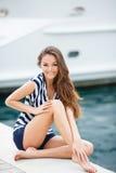 女孩的画象反对海和游艇的 免版税图库摄影