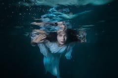 女孩的画象在水下的 免版税库存图片