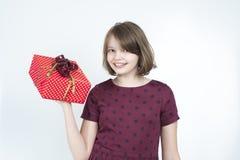 女孩的画象有一个礼物盒的在他的手上 免版税库存照片