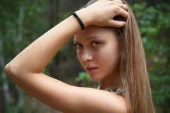 女孩的画象,主要,用被举的手 免版税图库摄影