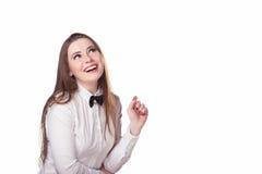 女孩看一个公司商标 免版税库存图片