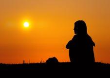 女孩看到日出 免版税图库摄影