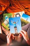 女孩看照片 免版税图库摄影