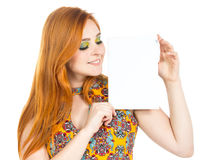 女孩看白纸 Copyspace 红发女孩佩带的col 免版税库存图片