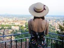女孩看老欧洲城市的全景 免版税库存图片