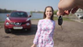 女孩看见了一辆新的汽车 人挥动他的钥匙,女孩接他们并且跑拥抱汽车 r 股票视频