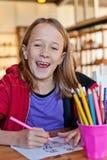 女孩着色,微笑 免版税图库摄影