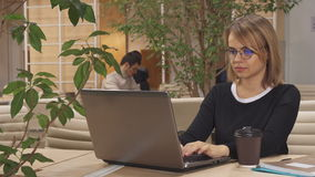 女孩研究膝上型计算机在插孔 股票视频