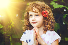 女孩祈祷的一点 库存照片