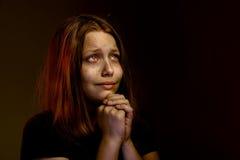 女孩祈祷青少年 免版税库存照片
