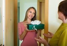 女孩祝贺母亲 免版税库存照片