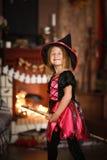 女孩神仙,在帚柄的巫婆飞行 孩子万圣夜 图库摄影