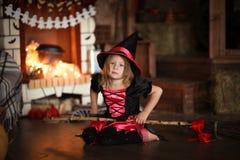 女孩神仙,在帚柄的巫婆飞行 孩子万圣夜 免版税库存图片