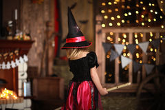 女孩神仙,在帚柄的巫婆飞行 孩子万圣夜 免版税图库摄影