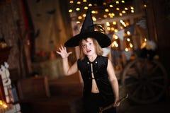 女孩神仙,笤帚的巫婆用南瓜 万圣节 免版税库存照片