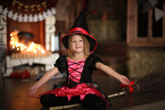 女孩神仙,笤帚的巫婆用南瓜 万圣节 免版税库存图片