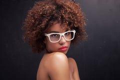 女孩秀丽画象有非洲的 免版税图库摄影