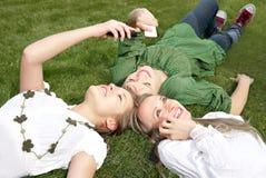 女孩移动电话联系 免版税库存图片