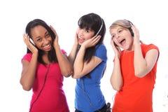 女孩移动音乐电话唱歌少年 免版税库存照片