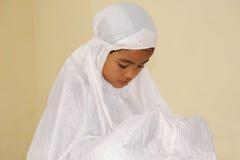 女孩穆斯林祈祷 免版税库存图片