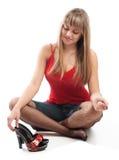 女孩穿上鞋子面带笑容 图库摄影
