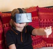 女孩穿戴虚拟现实数字式玻璃 免版税库存照片