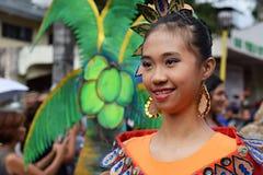 女孩穿的华丽椰子服装,他们在街道上温文地跳舞 图库摄影