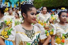 女孩穿的华丽椰子服装,他们在街道上温文地跳舞 免版税库存照片
