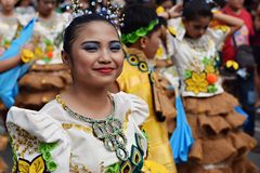女孩穿的华丽椰子服装,他们在街道上温文地跳舞 免版税库存图片