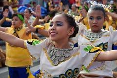 女孩穿的华丽椰子服装,他们在街道上温文地跳舞 免版税图库摄影