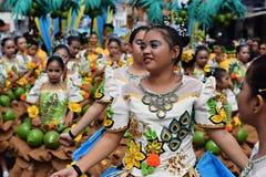 女孩穿的华丽椰子服装,他们在街道上温文地跳舞 库存照片