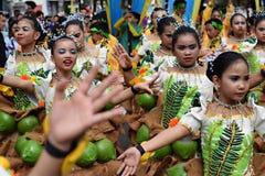 女孩穿的华丽椰子服装,他们在街道上温文地跳舞 库存图片