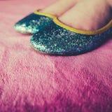女孩穿闪光金属片的党鞋子 库存照片