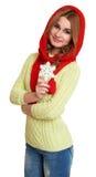 女孩穿戴的红色羊毛盖帽和围巾在白色背景的演播室显示大雪花,摆在 库存照片