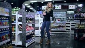 女孩窃取从商店的糖果 影视素材
