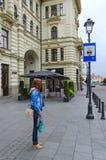 女孩站立在出租汽车中止靠近立陶宛全国爱好音乐在老镇,维尔纽斯,立陶宛 库存图片