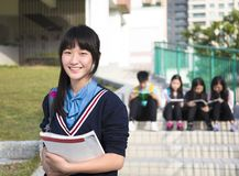 女孩站立在校园的少年Students免版税库存照片