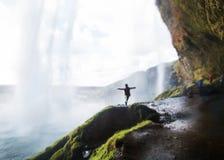 女孩站立在瀑布,自由的概念下, 免版税库存照片